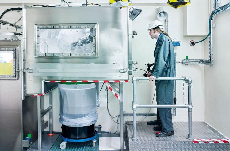 Người ta sử dụng robot RAPTOR để phân loại và lưu trữ các chất thải.