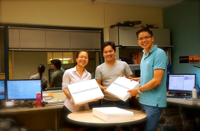 GS Tâm (bên phải) và 2 nghiên cứu sinh xuất sắc của anh.