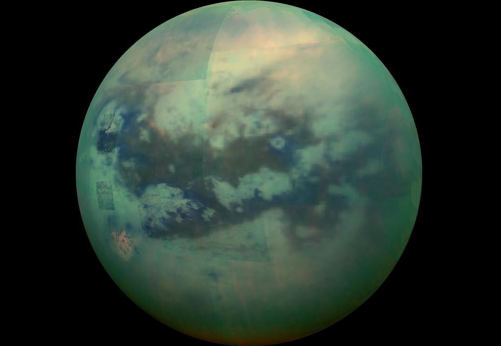 Ảnh chụp từ tàu vũ trụ Cassini cho thấy bề mặt của Titan qua lớp mây mù bao phủ.