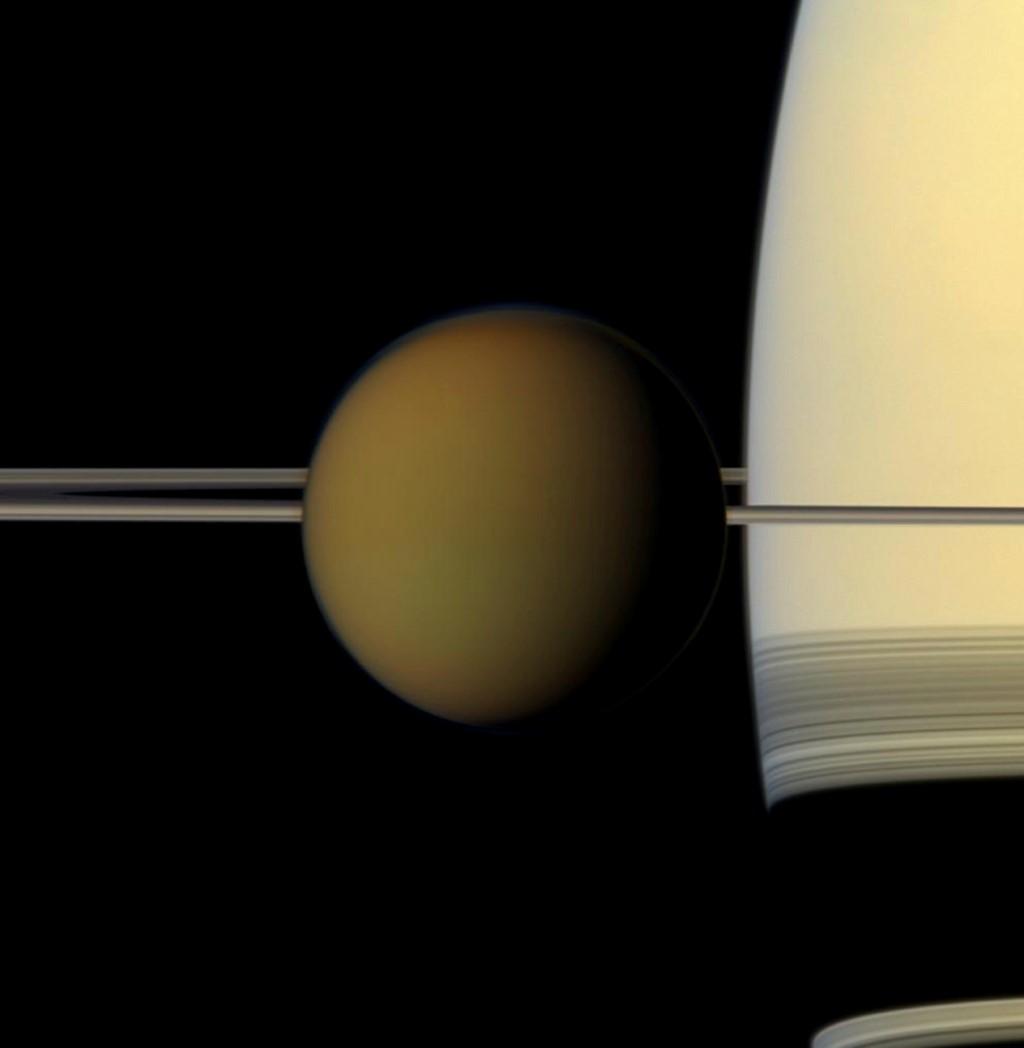 Titan, vệ tinh lớn nhất của Sao Thổ, lướt qua hành tinh khí khổng lồ này và các vành đai của nó