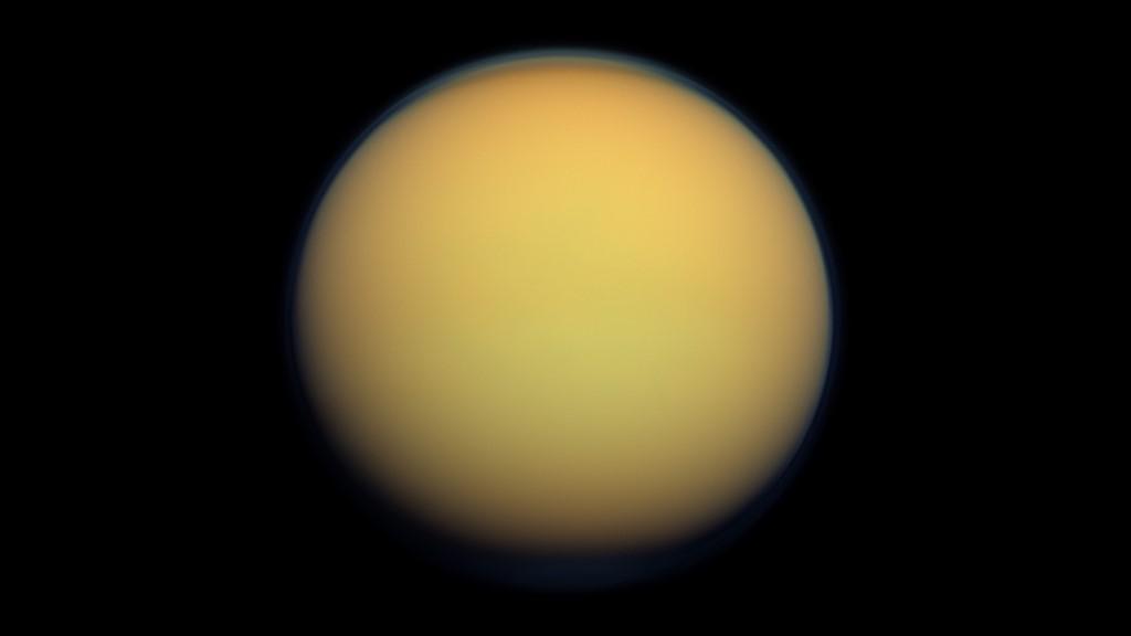Bầu khí quyển dày đặc che khuất tầm nhìn tới bề mặt của Titan.