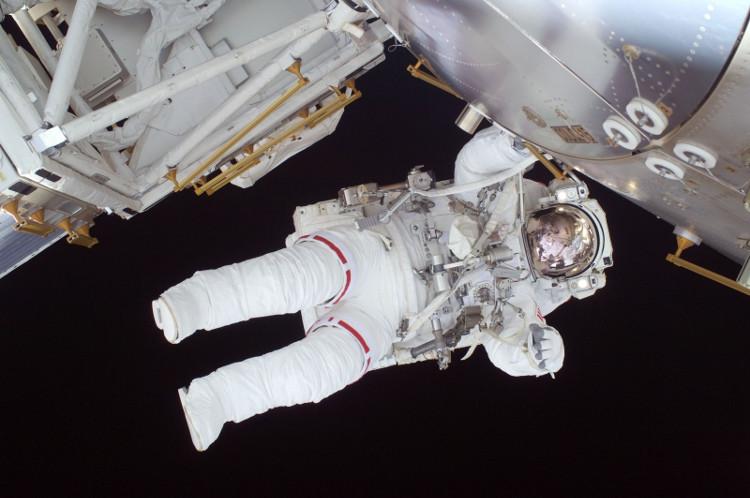 Phi hành gia tiến hành cài đặt pin mới theo hướng dẫn của trạm điều hành.