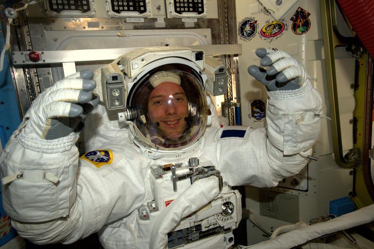 Phi hành gia Thomas Request trong trang phục chuẩn bị cho chuyến đi bộ ngoài ISS.