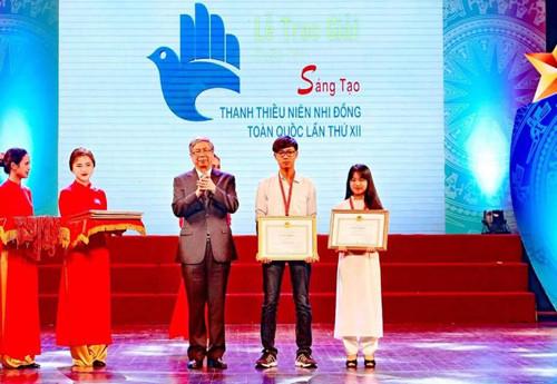 Nhân và Ly nhận giải nhất Cuộc thi sáng tạo thanh thiếu niên nhi đồng toàn quốc lần thứ 12