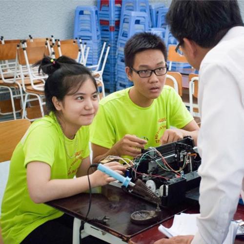 Nhân và Ly bên mô hình máy in chữ nổi