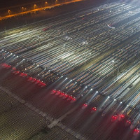 Tàu cao tốc xếp hàng chuẩn bị cho cuộc di dân lớn nhất lịch sử loài người