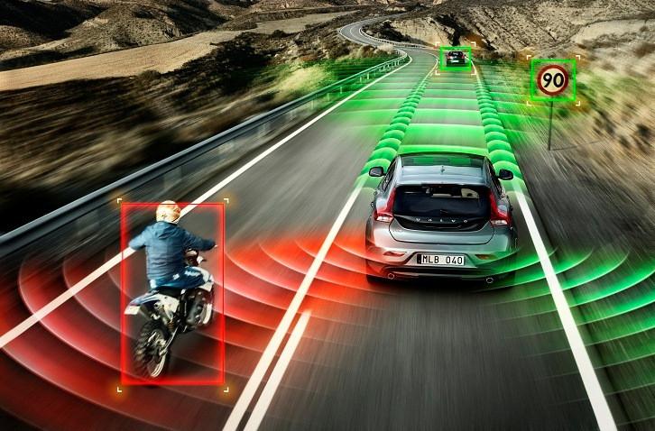 Để bảo đảm an toàn, xe tự lái sẽ phải giảm tốc độ và chạy thật chậm khi phát hiện có người đi bộ bên đường.