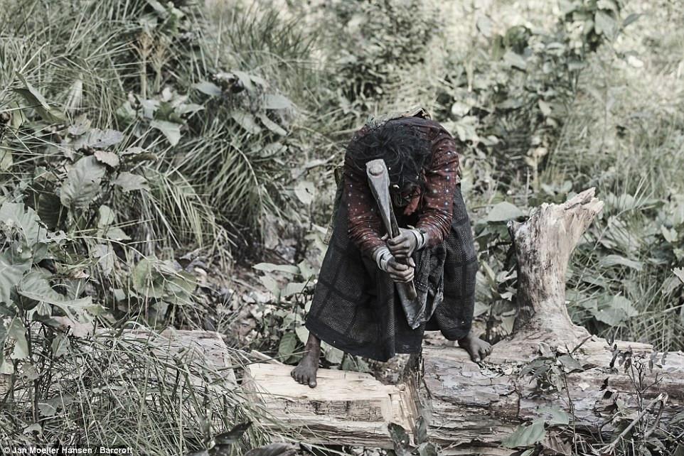 Người Raute sống dựa vào việc săn bắt, hái lượm.