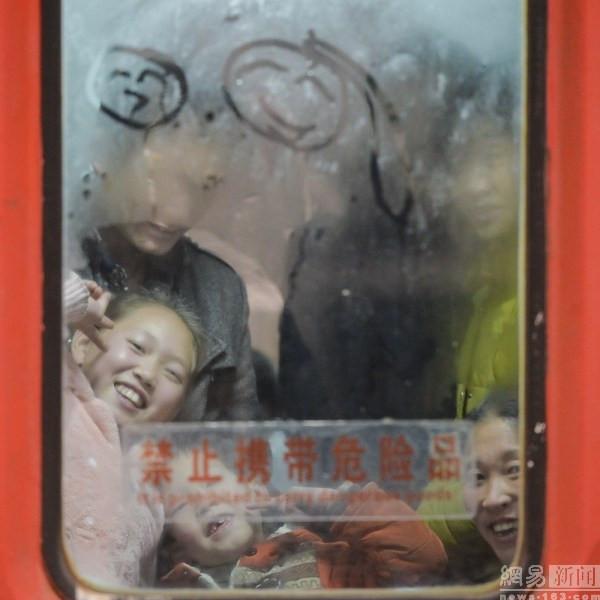 Những nụ cười phấn khởi khi đã có một chỗ ngồi trên chuyến tàu về nhà của các hành khách may mắn.