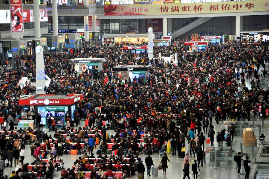 Sảnh chờ tại nhà ga Hồng Kiều, Thượng Hải đông nghịt khách vào ngày 15/1.