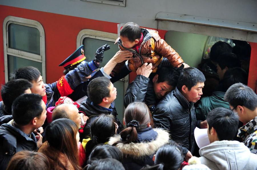 """Cảnh chen nhau lên tàu trong kỳ """"Xuân vận"""" năm 2012."""