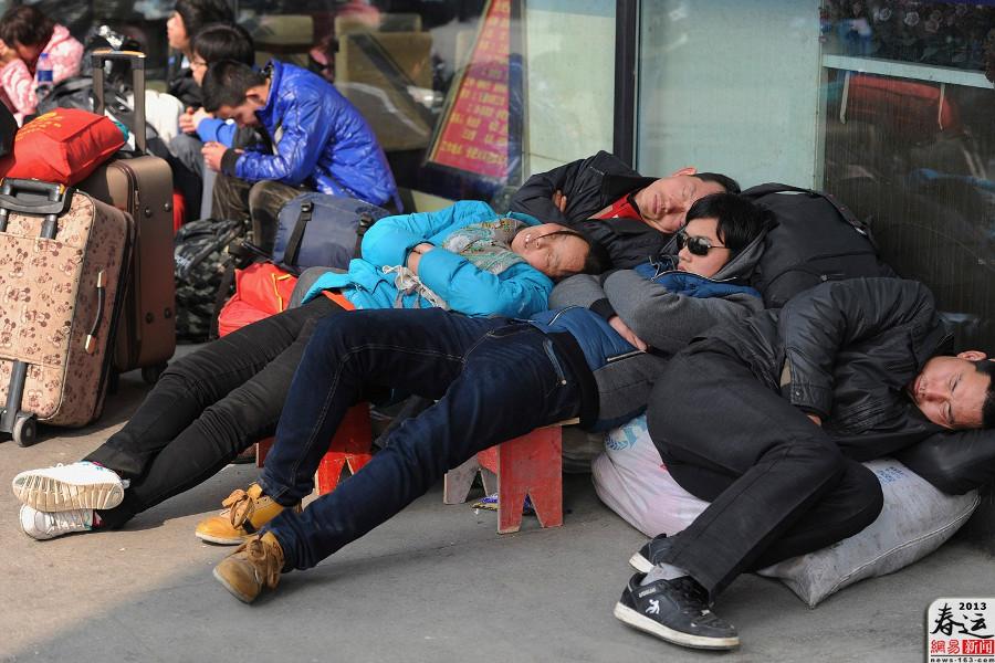 Các hành khách tay xách nách mang rất nhiều hành lý, nằm ngủ vạ vật ở bến xe