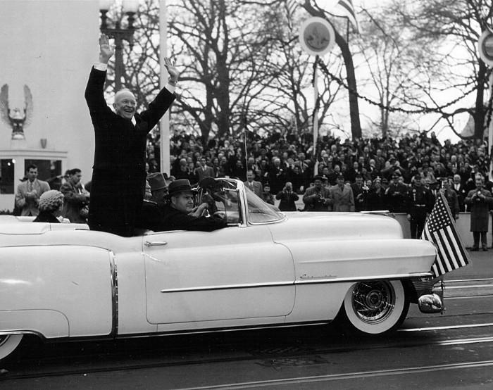 Tổng thống Eisenhower vẫy chào người dân trong cuộc diễu hành sau lễ nhậm chức ngày 20/1/1953.