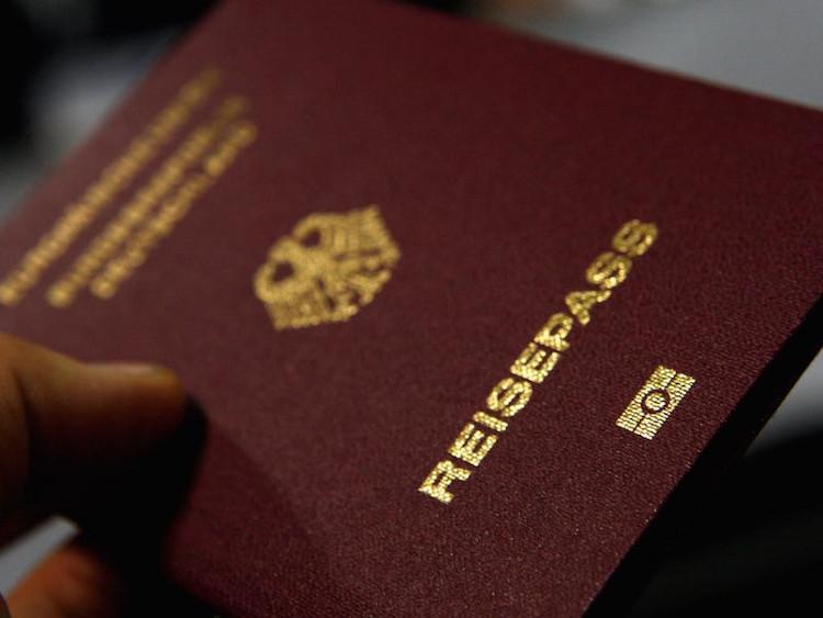 Các công dân của Đức nắm giữ tấm hộ chiếu quyền lực nhất thế giới theo các bảng xếp hạng hộ chiếu toàn cầu.