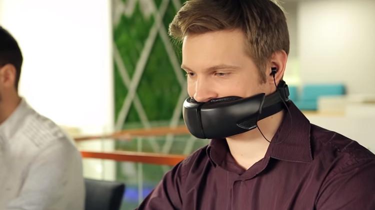 Thiết bị này được đeo quanh cổ của người dùng tương tự như cách họ vẫn đeo một đôi tai nghe không dây.