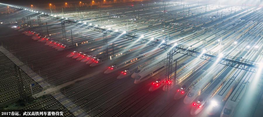 Những chiếc tàu cao tốc ở ga Vũ Hán xếp hàng sẵn sàng khởi hành.