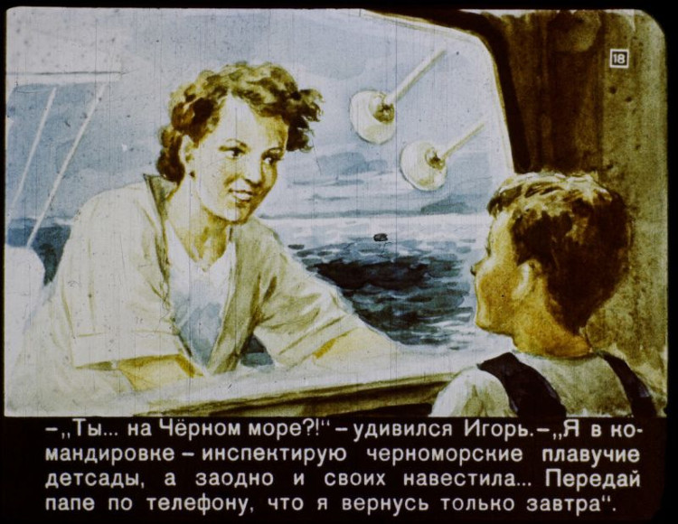 Igor nói chuyện với mẹ thông qua điện thoại vô tuyến.