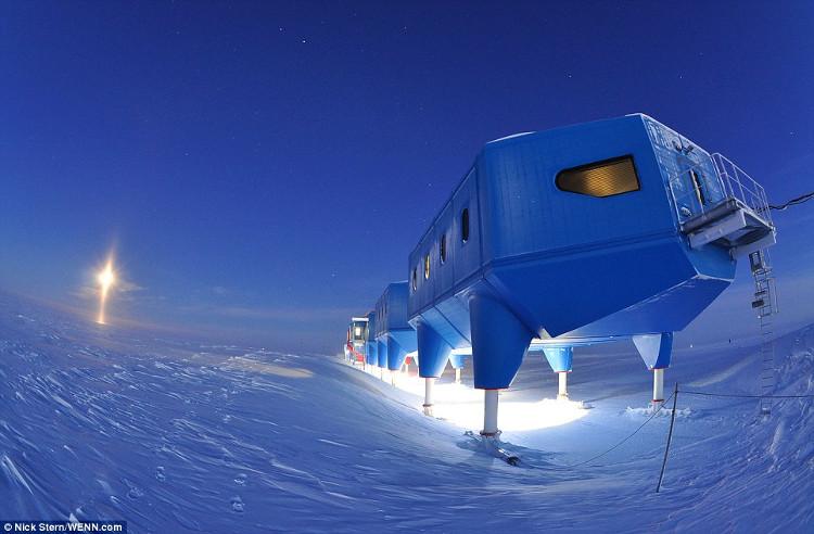 Trạm khảo sát Halley trên mặt băng.