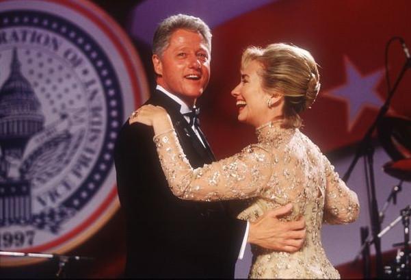 Tổng thống mới nhậm chức Bill Clinton và phu nhân Hillary Clinton vui vẻ trong tiệc khiêu vũ năm 1997.