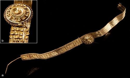 Một trang sức bằng vàng khác dài 28,5cm tìm thấy trên cơ thể người phục nữ.