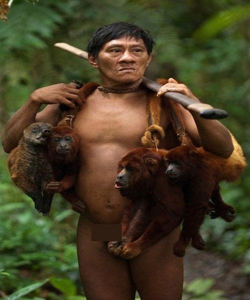 Bộ tộc Huaorani chia rõ vai trò các thành viên trong gia đình: đàn ông đi săn bắn và phụ nữ ở nhà nuôi con.