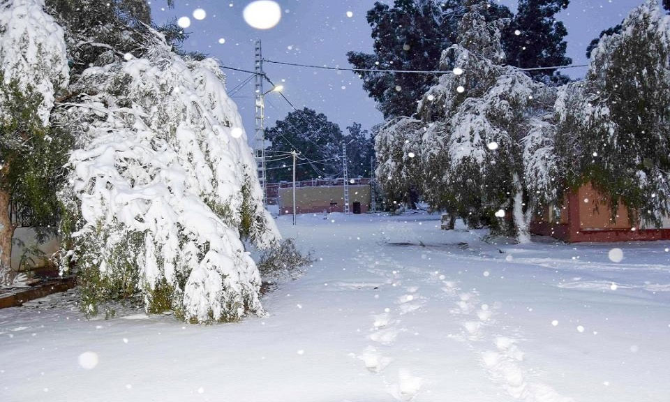 Thời tiết gây ra sự hỗn loạn trong thị trấn khi những hành khách đi xe búyt bị mắc kẹt vì đường đóng băng trơn trượt.
