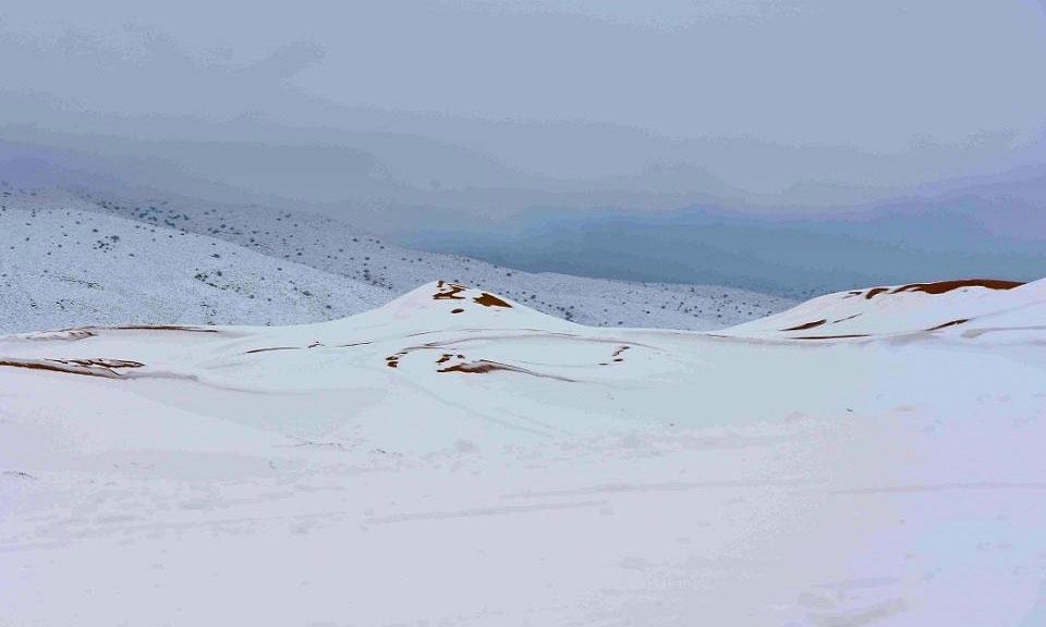 Nhiếp ảnh gia Sekkouri Kamel ghi lại khung cảnh lạ mắt khi tuyết bắt đầu rơi vào khoảng 1h30 sáng 20/1.