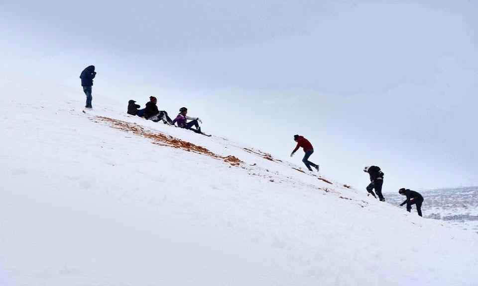 Trận tuyết rơi bất thường biến sa mạc Sahara quanh năm nắng cháy thành xứ sở mùa đông