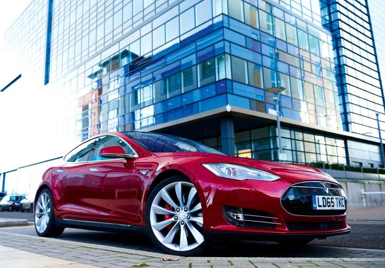 Model S 100D là một phiên bản có tính năng sáng giá.
