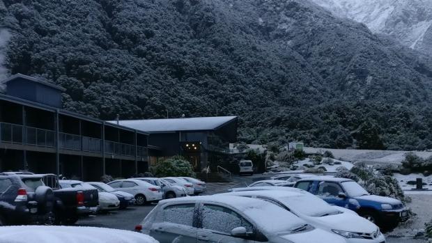 Tuyết cũng bao phủ tại khách sạn Hermitage vào sáng chủ nhật.