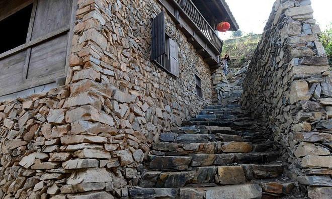 Ngôi làng bảo tồn nhiều nét văn hóa lịch sử với tường vàng, gạch đen, nhà gỗ, cầu thang đá ở mọi nơi.