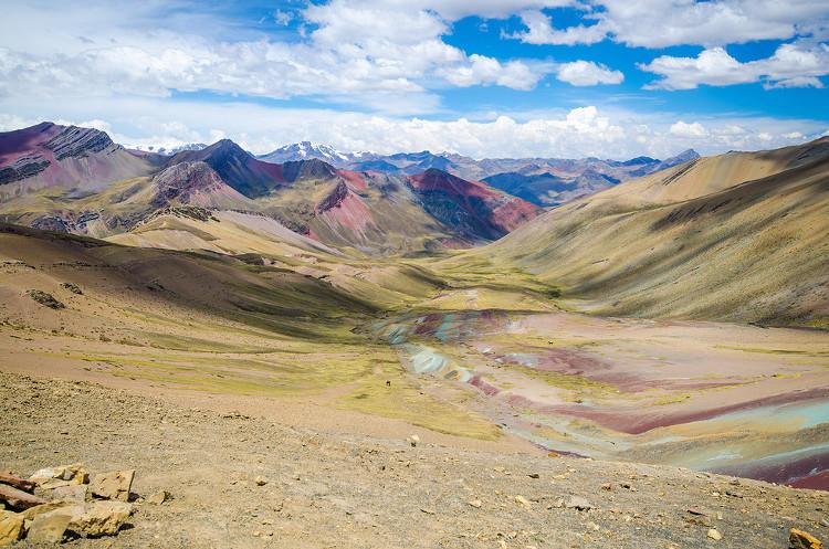 Thời tiết và khoáng vật là nguyên nhân hình thành màu sắc đa dạng trên ngọn núi.