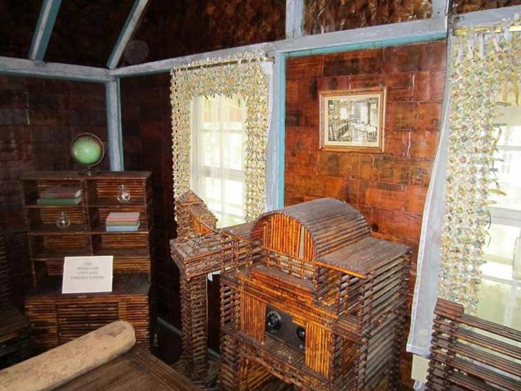 Những bức tường của ngôi nhà được tạo thành từ nhiều lớp báo cũ xếp chồng lên nhau