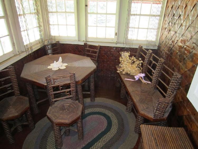 Mọi đồ vật bên trong ngôi nhà cũng làm từ giấy.