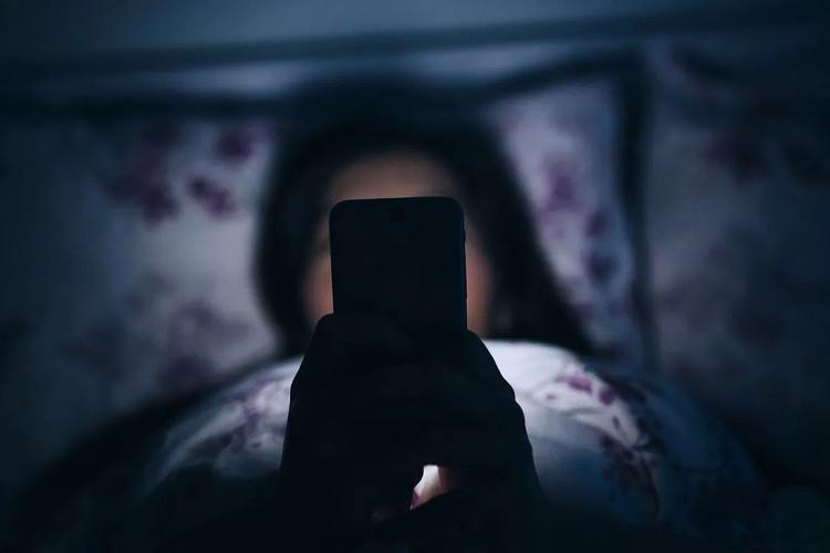 Sử dụng smartphone gây hại mắt hơn chúng ta tưởng.