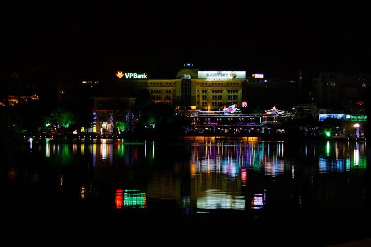 Sắc màu hồ Gươm đêm 30 Tết.