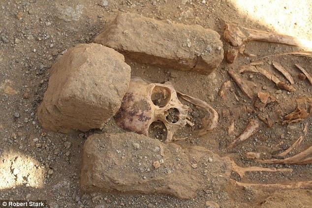 Một thi thể tu sĩ trong khu mộ.