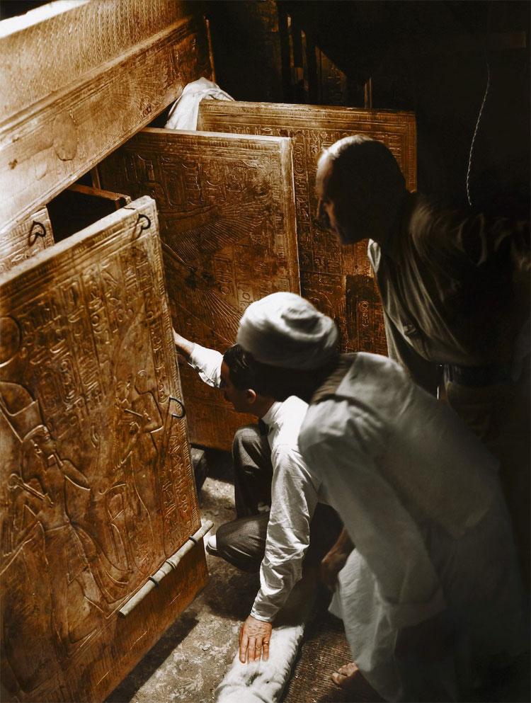 Nhà khảo cổ Howard Carter, Arthur Callender cùng những công nhân Ai Cập đang mở những cánh của ở đáy mộ
