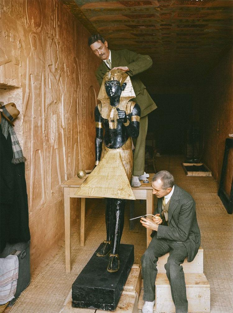 2 nhà phục chế Arthur Mace và Alfred Lucas đang vệ sinh một trong những bức tượng lính gác lấy ra từ hầm mộ.