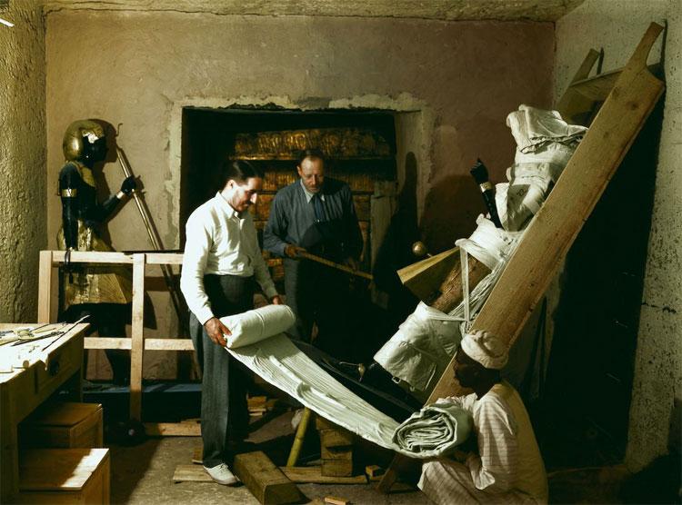 Howard Carter, Arthur Callender và các công nhân Ai Cập đang bọc vải quanh tượng lính gác để vận chuyển.