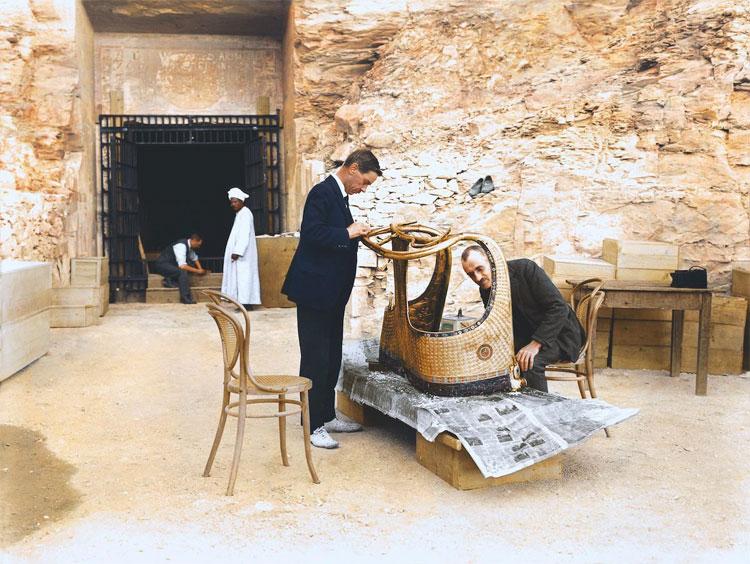 Arthur Mace và Alfred Lucas đang làm việc với chiếc xe ngựa lấy ra từ lăng mộ Sethos II.