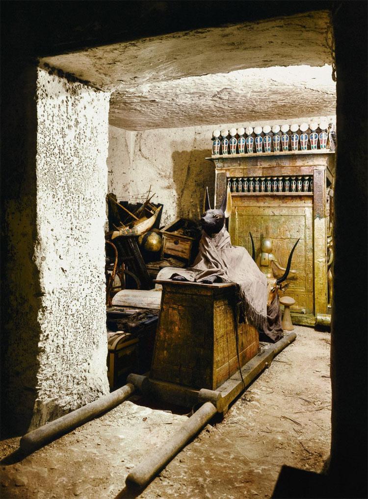 Trong ngôi mộ, tượng thần Anubis đóng vai trò là người hộ táng bên quan tài.