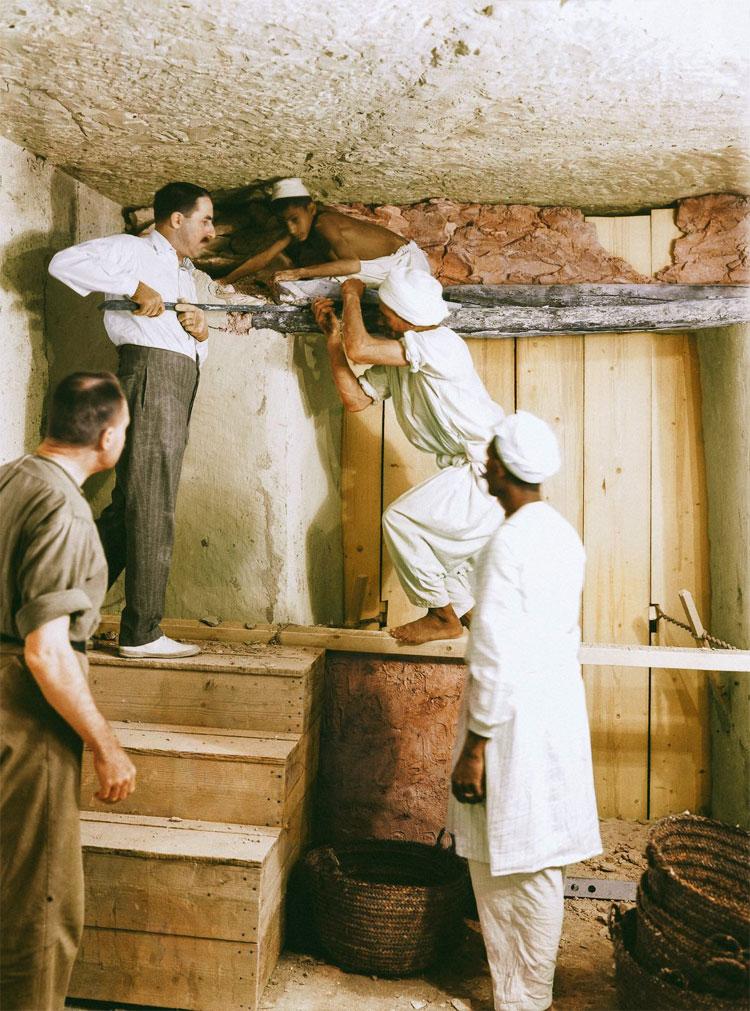 Carter, Callende và 2 nhân công khác đang gỡ vách ngăn giữa phòng ngoài và phòng mai táng.