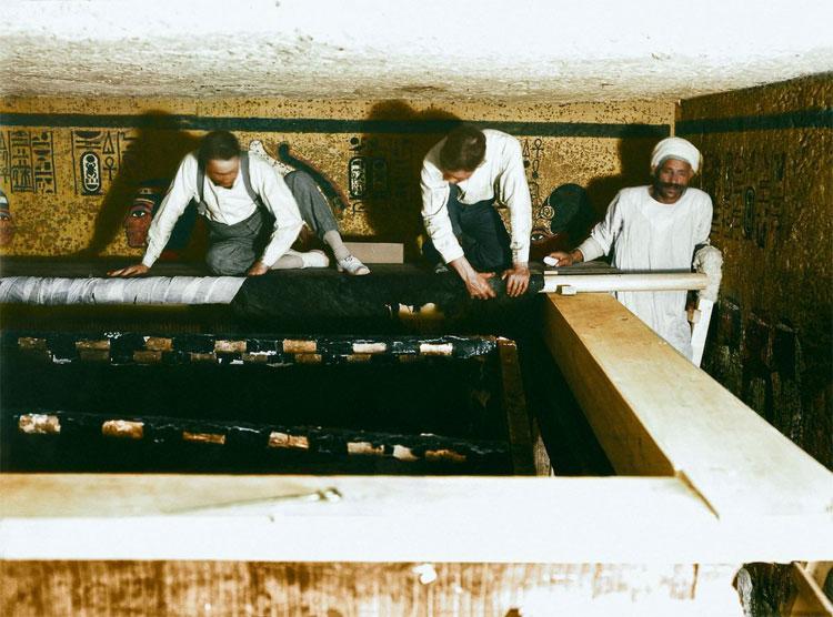 Carter, Mace và các công nhân Ai Cập đang cẩn thận cuốn lớp vải phủ lên chiếc hòm thứ 2.