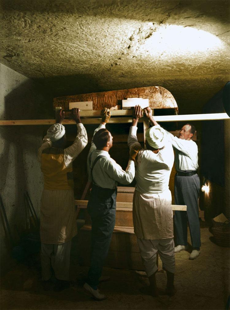 Carter, Callender và 2 công nhân đang cẩn thận tháo dỡ một trong những chiếc quan quách nằm trong khu vực mai táng.