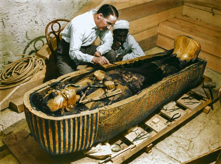 Ông cùng một công nhân khác đang quan sát bên trong quan quách vàng đúc của Tutankhamun.