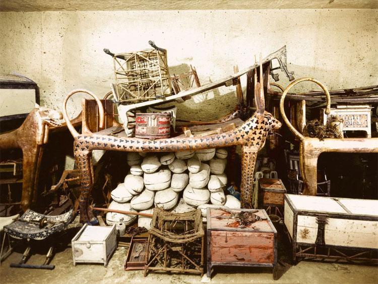Một chiếc giường mai táng thiết kế theo hình dáng của thần bò