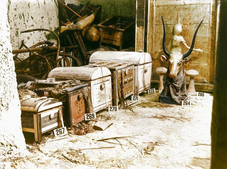 Một bức tượng bán thân mạ vàng của thần Mehet-Weret và những chiếc rương chứa châu báu trong mộ.