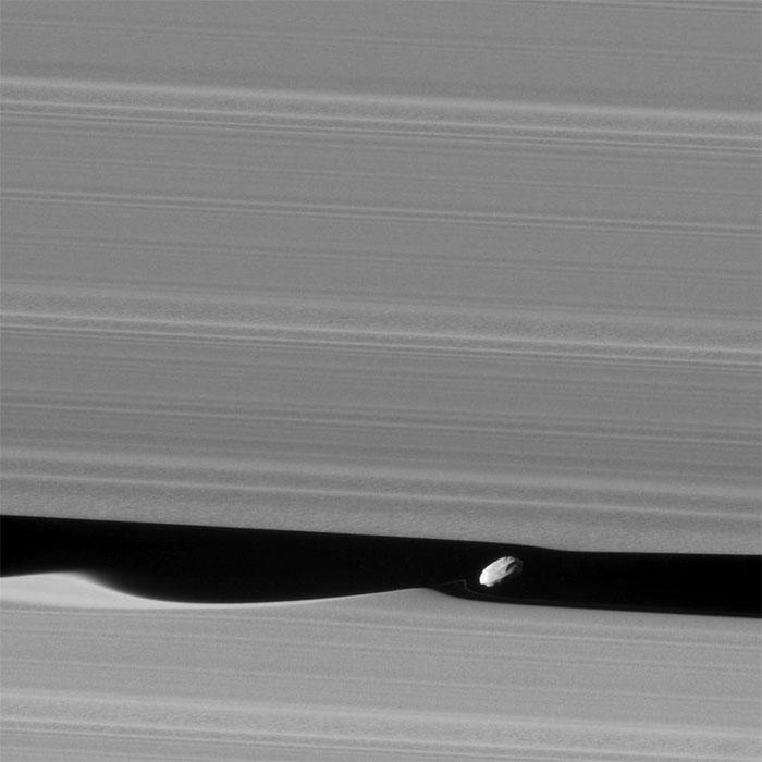 Hình ảnh chi tiết nhất về vệ tinh nhỏ Daphnis của Sao Thổ
