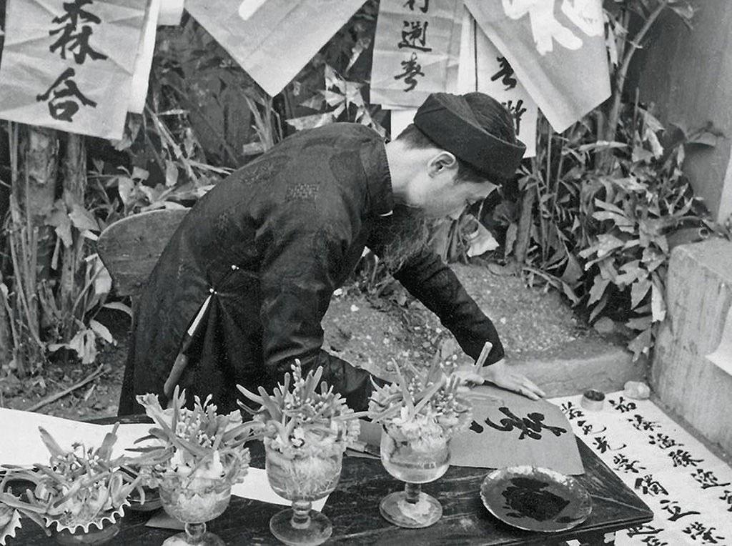 Hình ảnh các ông đồ bày hàng cho chữ vào những ngày giáp Tết đã gắn liền với những ngày Tết cổ truyền Việt Nam